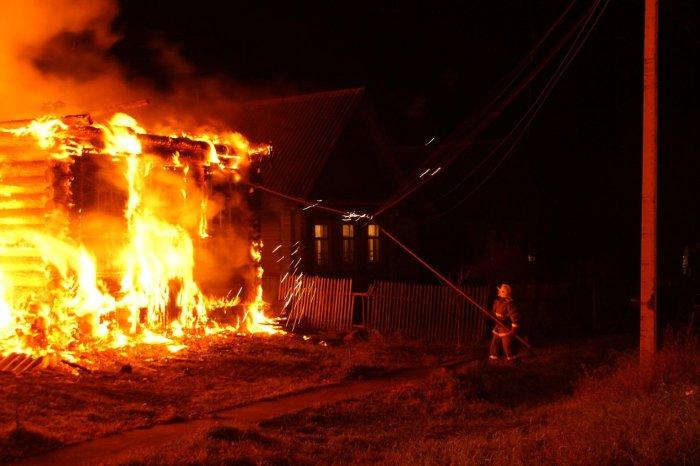 Нежилой бревенчатый дом зажегся вСмоленской области