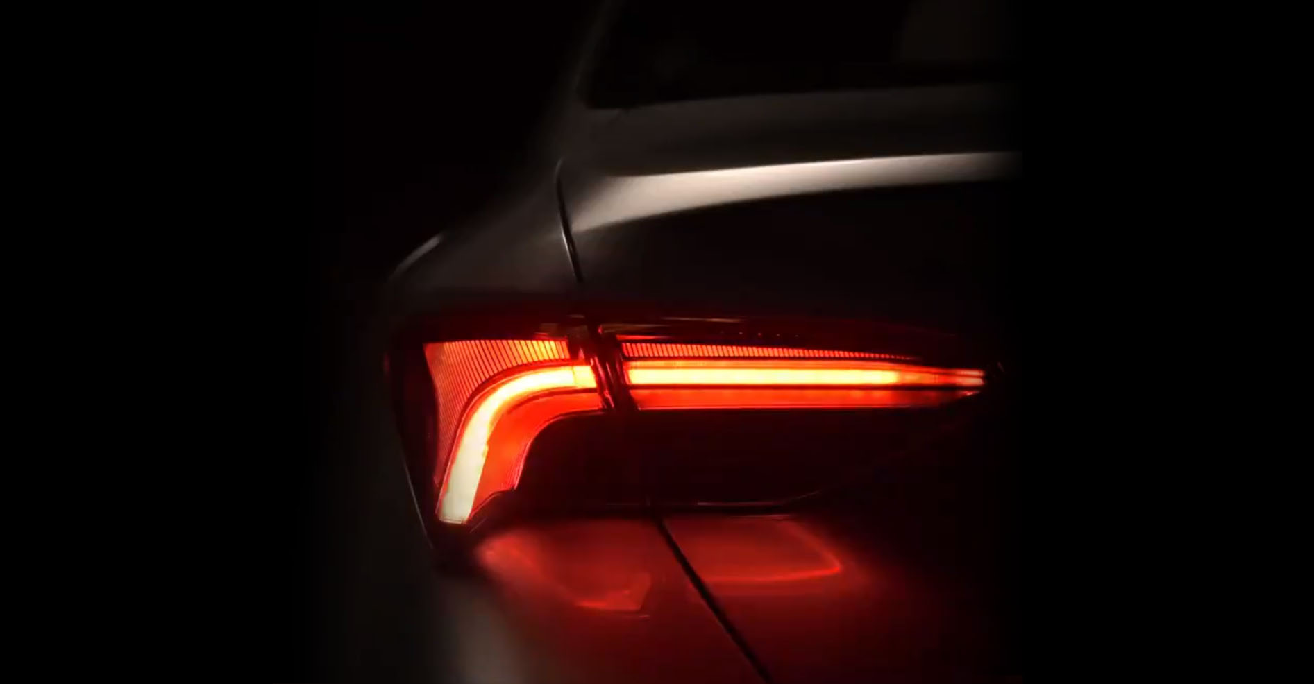 Тоёта показала заднюю оптику нового седана Тойота Avalon
