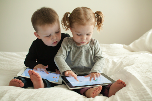Мобильные телефоны портят зрение детей— Ученые