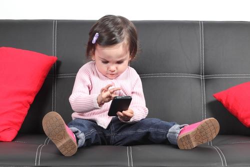 Ученые назвали оптимальный возраст ребенка для первого девайса
