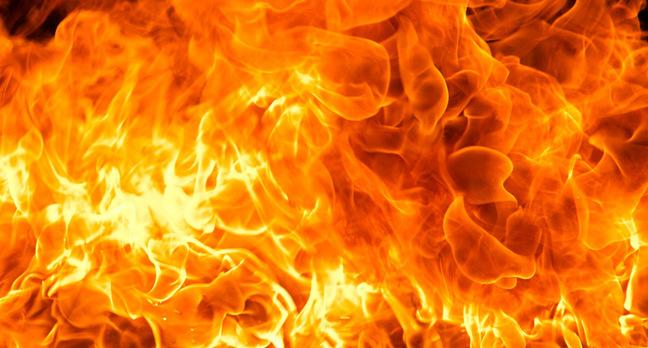 ВИркутской области пожарные вынесли изгорящего дома троих мужчин