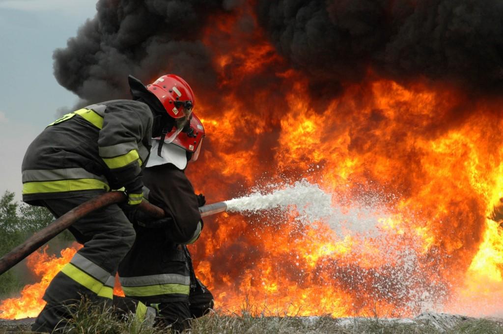 ВБузулуке изгорящего гаража пожарные вынесли живого мужчину