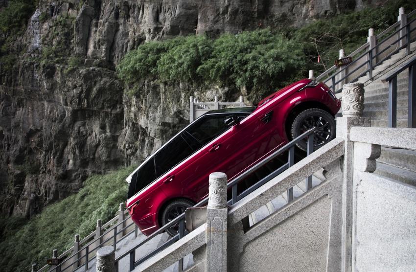 Гибридный джип Range Rover взобрался по999 ступеням к«Небесным вратам»
