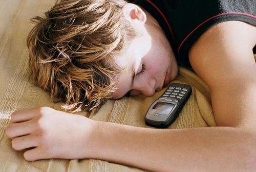 Ученые пояснили, почему нельзя держать телефон рядом с постелью впроцессе сна