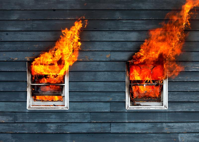 НаСтаврополье cотрудники экстренных служб  потушили дом, вкотором пострадали мать с 2-мя  детьми