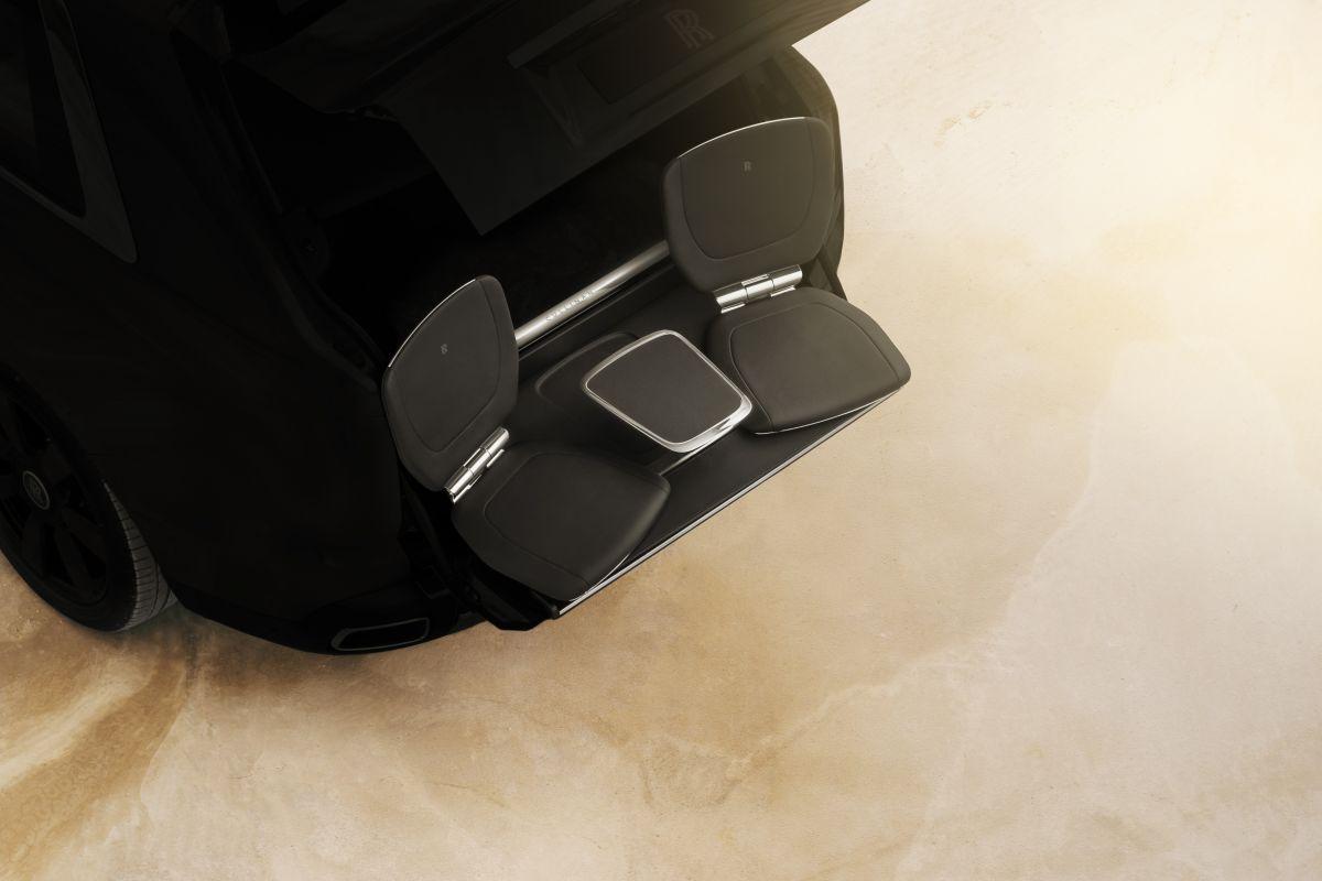 Модель Rolls Royce Cullinan получит выдвигающиеся из салона кресла