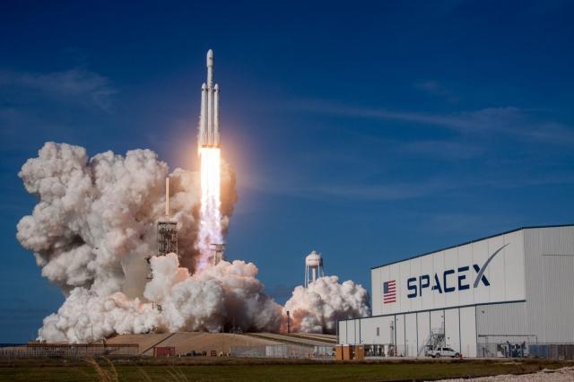 SpaceX вывела на орбиту три спутника