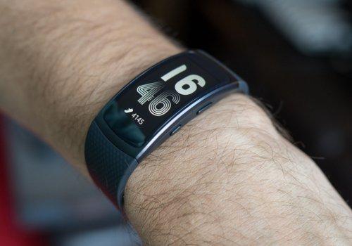 Смарт-браслет Самсунг Gear Fit2 обжигает руки собственников доожогов