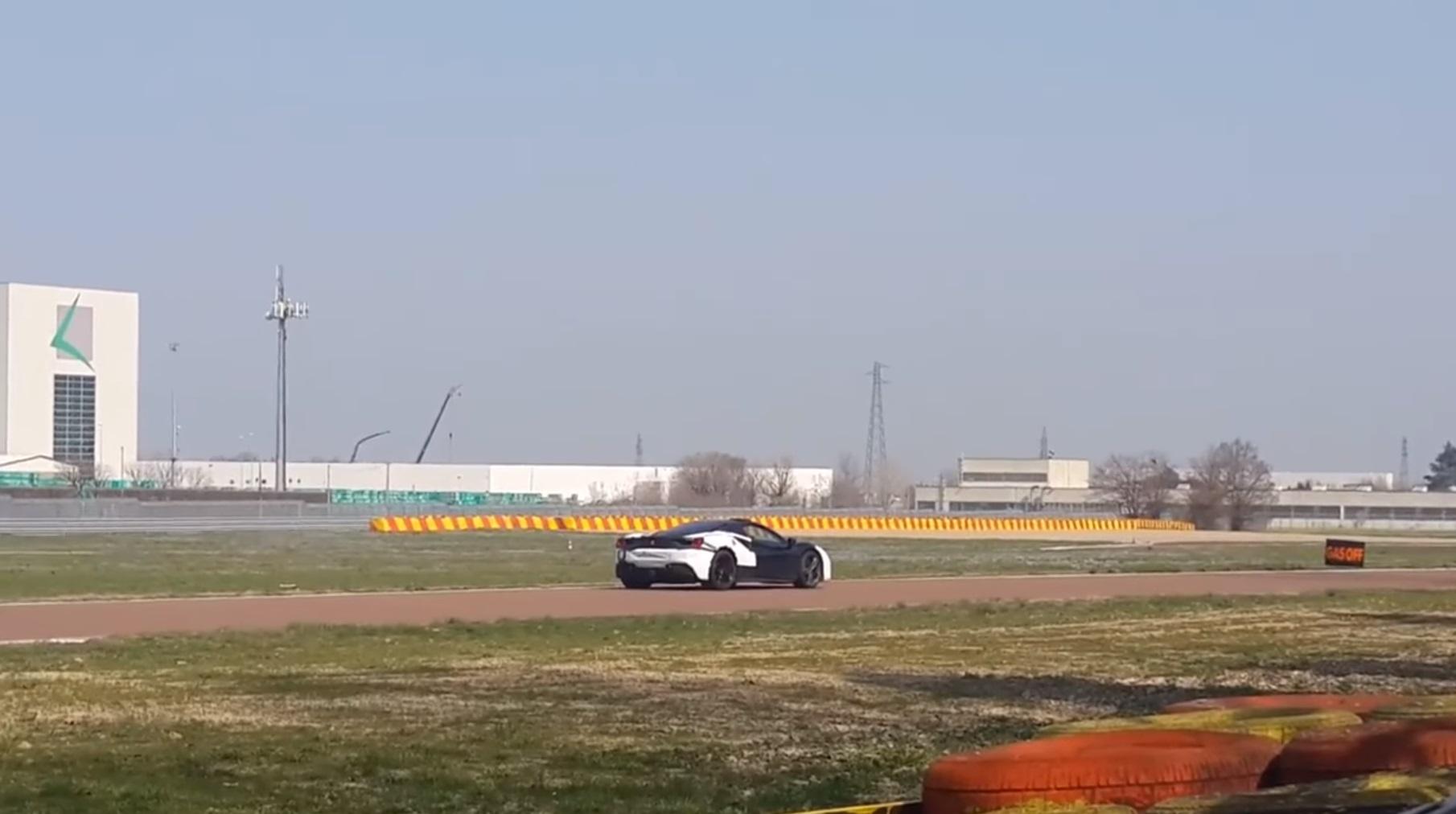 Тестирования бесшумного прототипа Феррари попали навидео