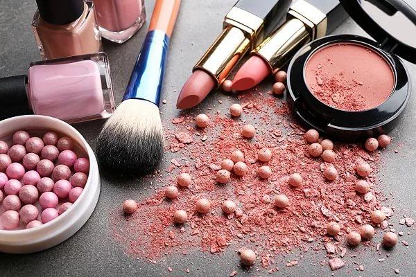 Американские ученые сказали обопасности косметики для здоровья молодых женщин
