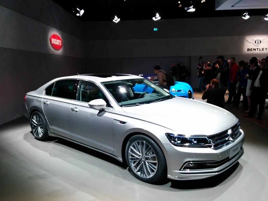 Самый большой седан Volkswagen получил гибридную версию