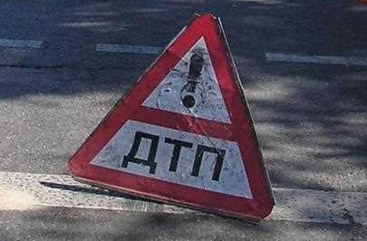 ВАнгарске автомобиль врезался в сооружение магазина, пассажир иномарки умер наместе