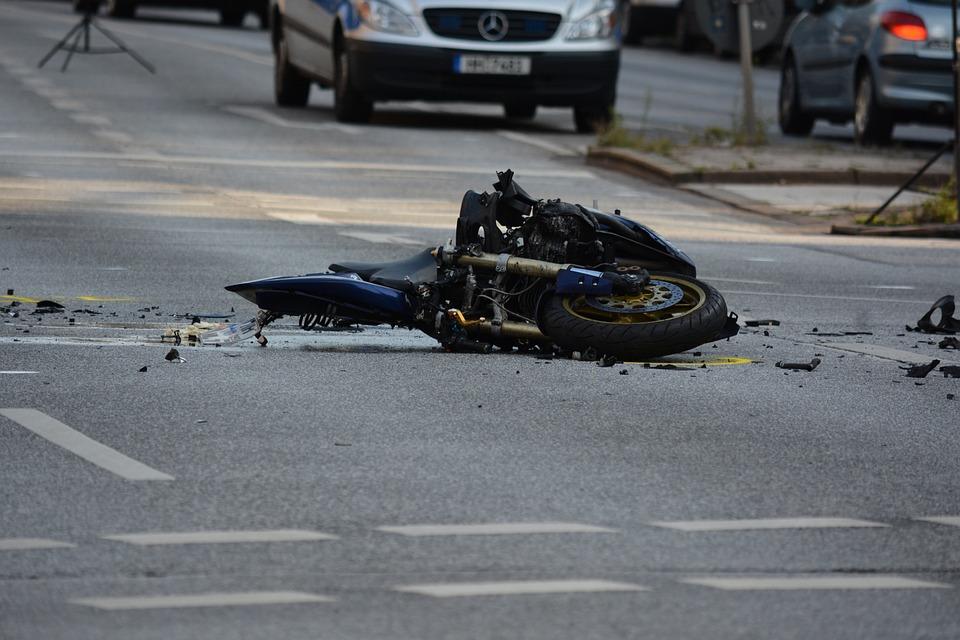 ВБашкирии шофёр мотоцикла несмог справиться суправлением ивлетел вограждение