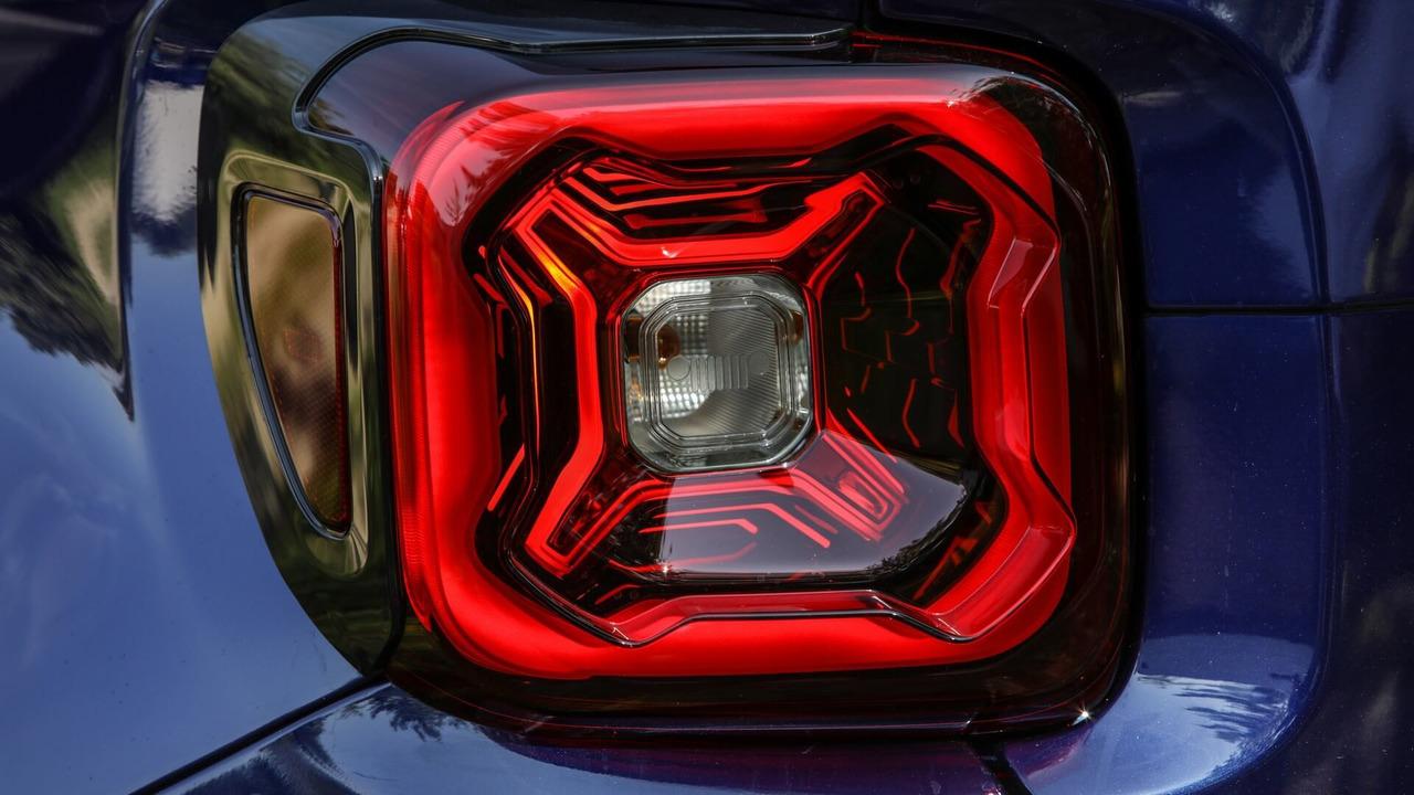 Jeep на тизере представила обновленный внедорожник Jeep Renegade