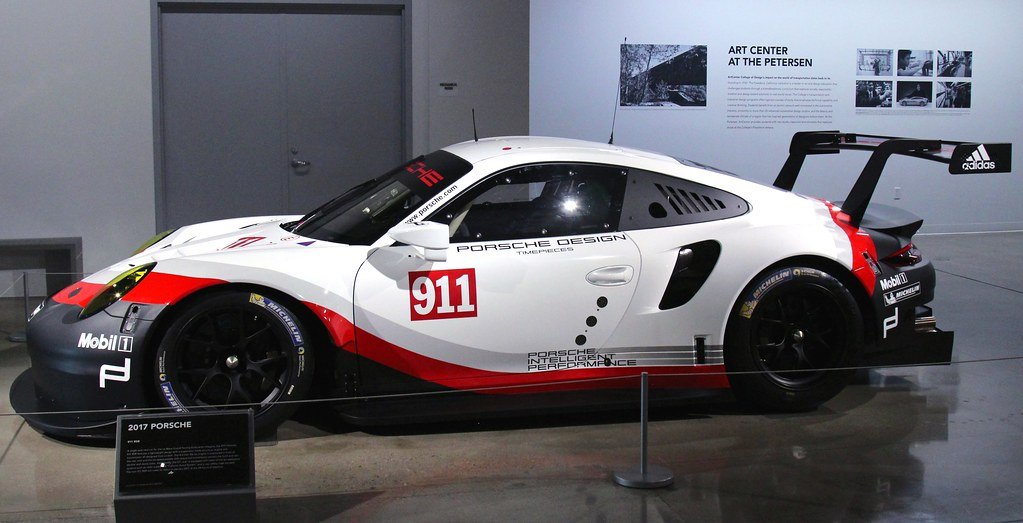 Porsche представила обновленное гоночное купе 911 RSR
