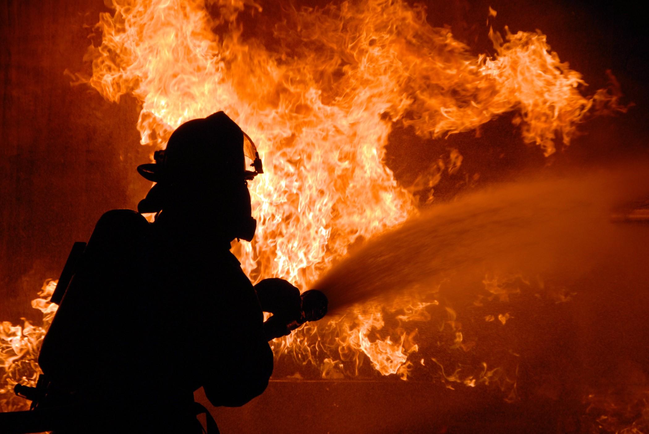 Cотрудники экстренных служб эвакуировали мужчину изпожара вПетербурге