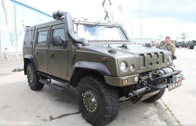 Граждан Воронежа наулице Ворошилова шокировал редкостный военный автомобиль