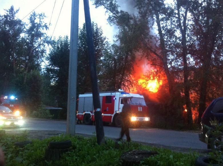Два человека погибли впожаре вдеревянном доме вТомске