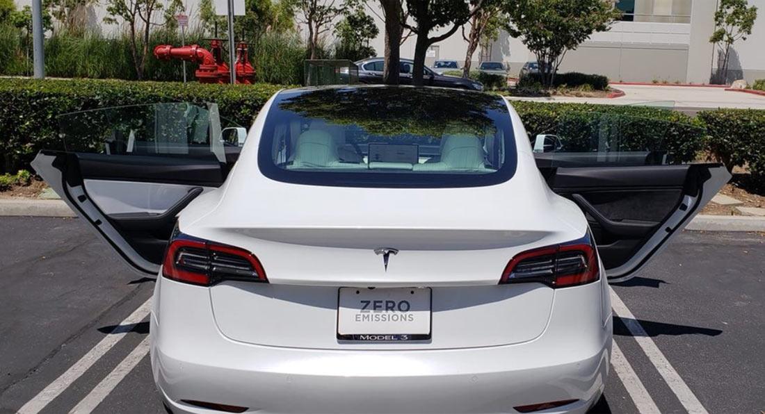 Клиент получил Tesla Model 3 содной коричневой дверью