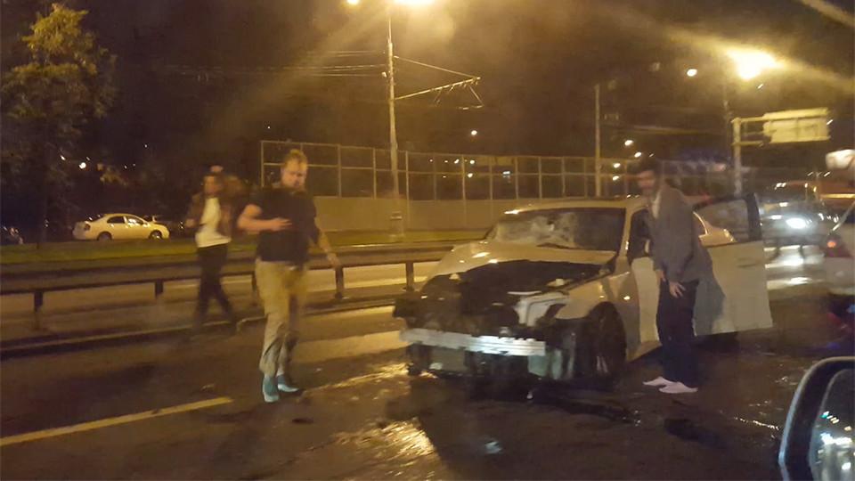 Навостоке столицы автомобиль протаранил автобусную остановку
