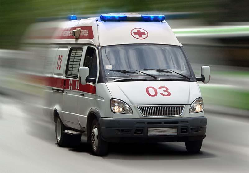 ВЯрославле шофёр наавтомобиле ссамарскими номерами протаранил остановку, пострадала женщина
