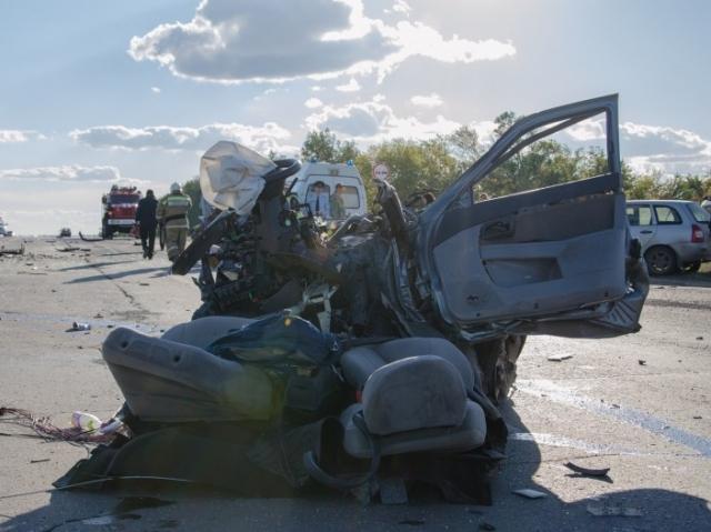 Встрашном ДТП вСамарской области погибли двое, шестеро пострадали