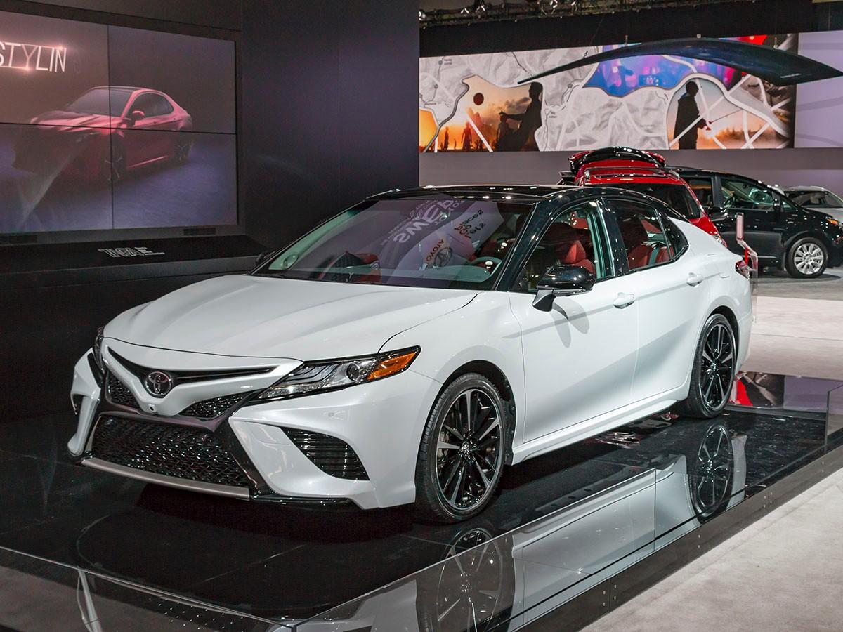 Седан Тойота Camry обновленного поколения появится нарынке 16ноября