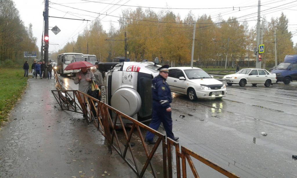 ВЯрославле маршрутка столкнулась с джипом