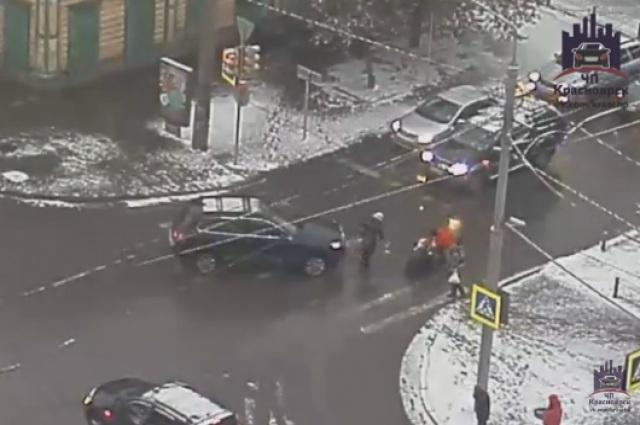 Появилось видео, где вКрасноярске автоледи навнедорожнике сбила 45-летнюю женщину