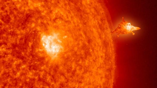 Размещено видео, накотором НЛО якобы летит через Солнце