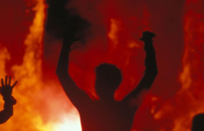 ВКрасноярске хозяин горящей квартиры прыгнул сбалкона и умер