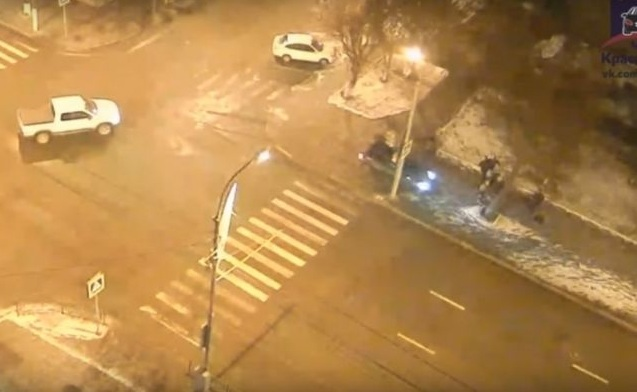 ВКрасноярске иностранная машина набольшой скорости выехала натротуар спешеходами