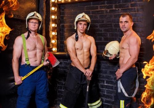 Бойцы пожарной охраны Омска снимались полуобнаженными для календаря на 2017-й год
