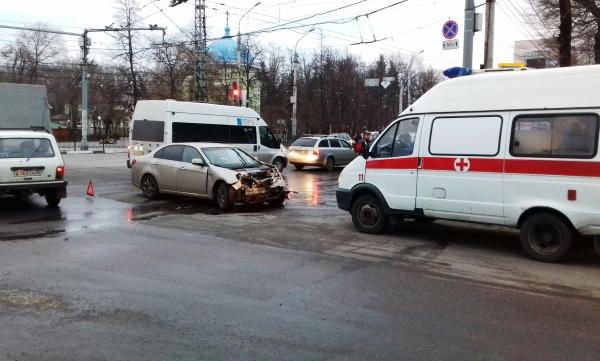 Навидео попал момент столкновения автобуса илегковушки наМосковском проспекте