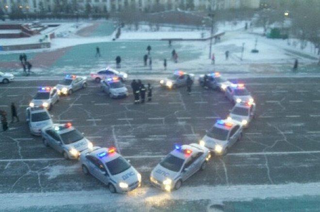 Полицейские автомобили вЧите выстроились вформе сердца