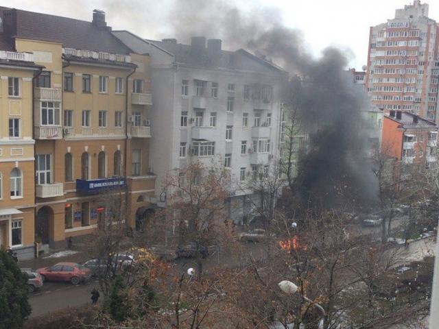 Объятую огнём «Оку» вцентре Ростова сняли навидео