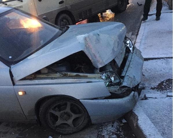 ВРостове-на-Дону маршрутка насветофоре протаранила легковую машину сдевушкой зарулем
