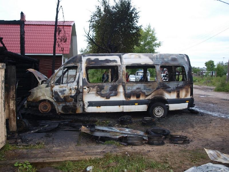 ВКраснинском районе ночью сгорел микроавтобус