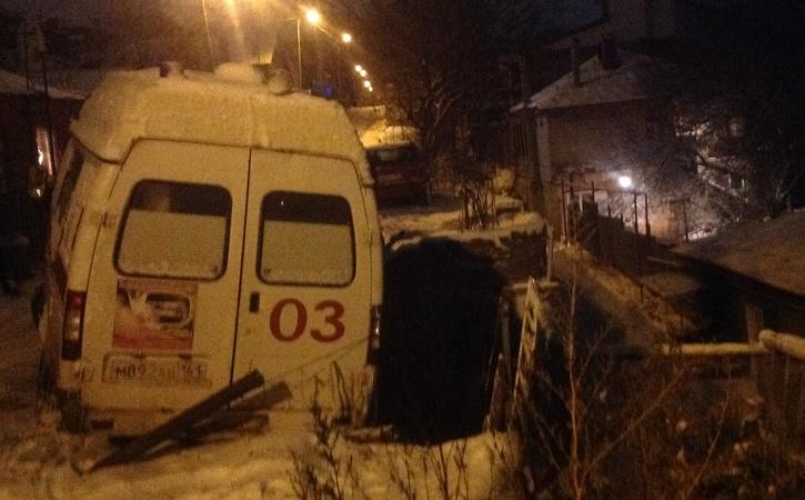 ВРостове машина скорой помощи упала собрыва