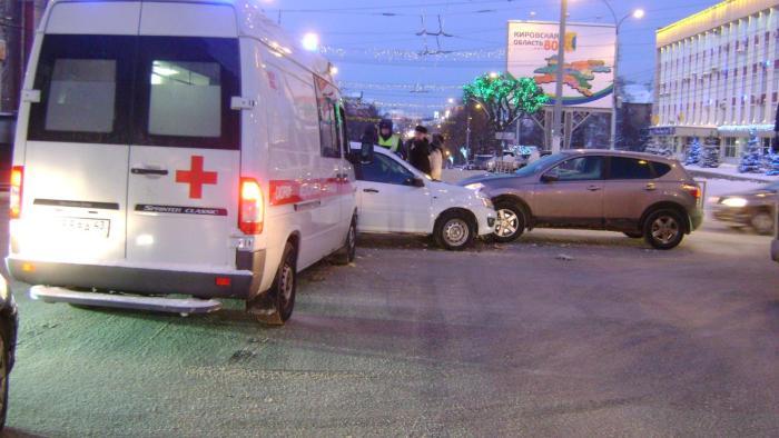Вцентре Кирова случилось тройное ДТП сучастием «скорой»