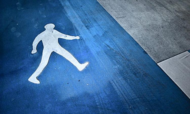 Mercedes насмерть сбил пешехода вцентральной части Москвы и исчез