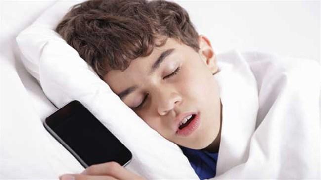 Ученые спать со смартфоном очень опасно