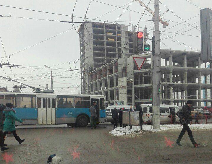 Маршрутка строллейбусом вновь столкнулись вВолгограде